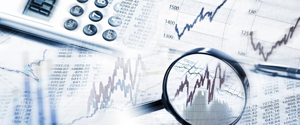 Börsenkurse als Grafik und Tabelle mit Lupe und Taschenrechner im Panoramaformat